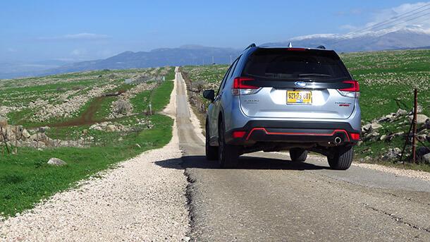 מבחן דרכים סובארו פורסטר ספורט. מאד דומה לדור היוצא - אבל המרכב מעט יותר מודגש, בסיס הגלגלים ארוך יותר והגג נמוך יותר. צילום: רוני נאק
