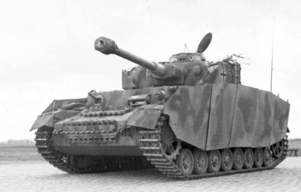 """פנצר 4 - מנוע מייבאך, תותח 75 מ""""מ מוכן לקרב. והיו רבים מצפון אפריקה דרך כל אירופה וסיום ברמת הגולן. צילום: WIKI"""