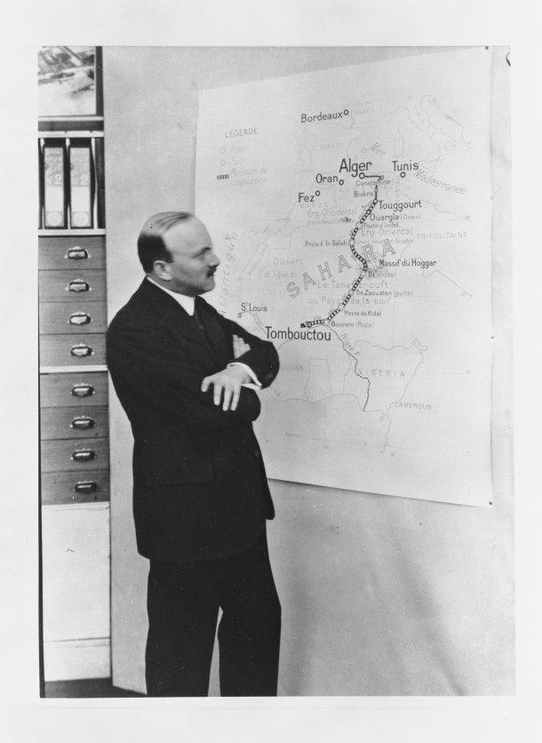 הנה אנדרה סיטרואן ליד המפה - חושב מחשבות עמוקות לגבי חרפושית הזהב שלו. צילום: סיטרואן