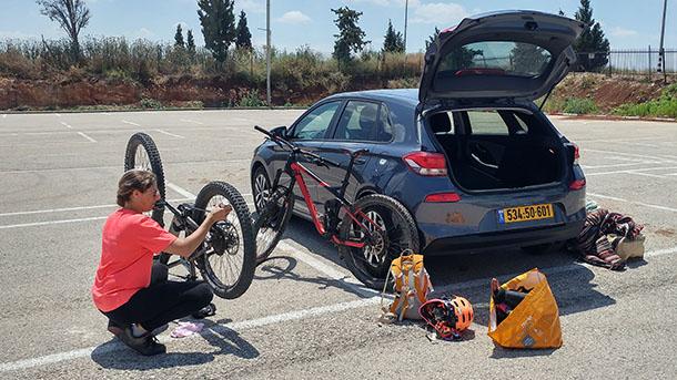 כל זה יצא משם?! עם אריזה יצירתית גם יונדאי i30 הופכת למובילת אופניים מהירה וחסכונית. צילום: רוני נאק