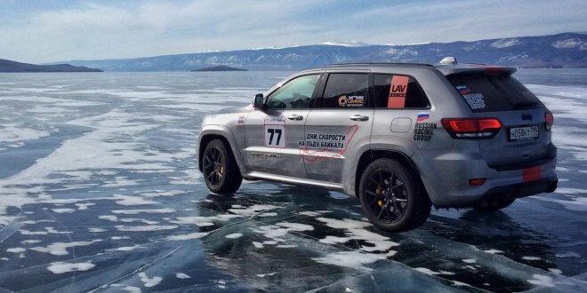 """280 קמ""""ש על הקרח - לא פשוט בכלל על ימת באיקאל הקפואה. ג'יפ גרנד צ'ירוקי טראק הוק מבצע. צילום: JEEP"""