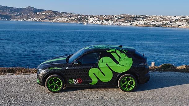 רכב רשמי של המפעל - אלפא רומיאו סטלביו קוודטרופוליו משתתף ברגע זה ממש באירוע שנוי במחלוקת לעשירי אירופה. צילום: אלפא רומיאו