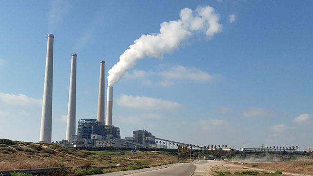 מכירים את זה? הקיטור יוצא מטורבינת הגז - השאר מהפחם. לפי נתוני חברת החשמל על כל קילו-וואט חשמל מופקים כ-650 גר' co2. צילום: שטח