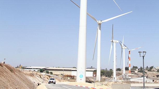 """טורבינות הרוח בסמוך לפרוייקט אריגה שאובה במעלה גלבוע. צילום: אסף לב - יח""""צ"""