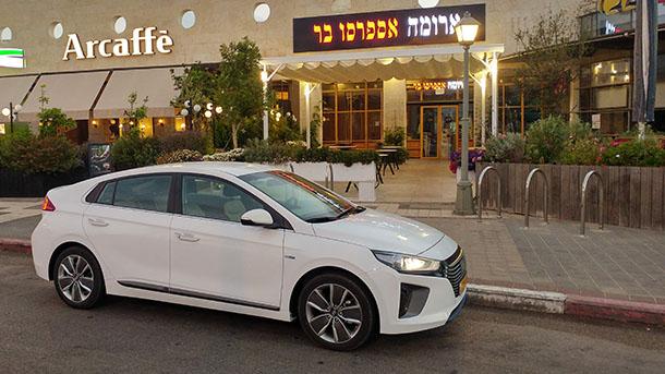 יונדאי איוניק - רבת המכר של שוק הרכב בישראל ואלופת אגירת האנרגיה החשמלית. ברקע - מקורות לאנרגיה אנושית. צילום: שטח
