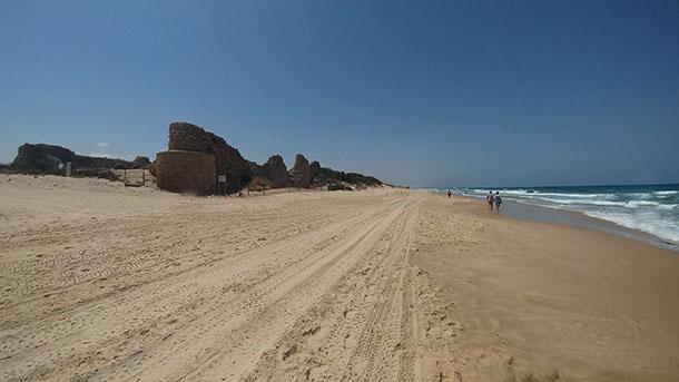 אשדוד ים - מצודה אדירה על חוף הים וממש קרובה לאשדוד המודרנית. צילום: רוני נאק