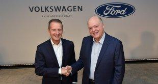 """הרברט דיס (שמאל)מנכ""""ל VW ו-ג'ים האקט מנכ""""ל פורד בהודעה משותפת על שיתוף פעולה רחב היקף. צילום: פורד"""