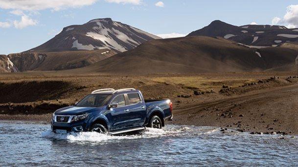 טנדר ניסאן נבארה - יותר מנוע, יותר קשוח, יותר גבוה, מעמיס יותר ועם מערכות עזר חדשות. צילום (באיסלנד): NISSAN