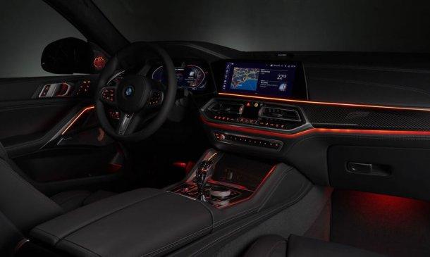 ב.מ.וו X6 חדש יוצא מהשער בסערה עם גרסאות M חזקות וגריל כליות מואר. צילום: BMW