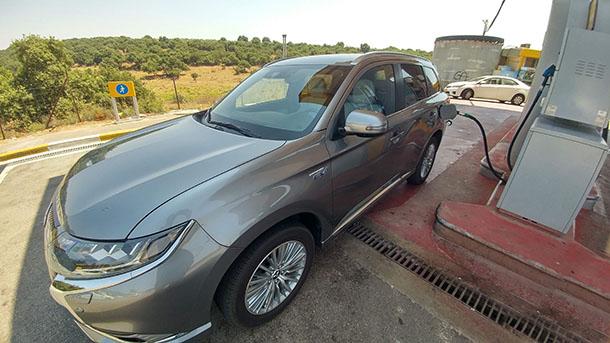 מכונית היברידית כמו מיצובישי אאוטלנדר PHEV יכולה לנסוע כ-600 קילומטרים על מיכל דלק אחד. צילום: שטח
