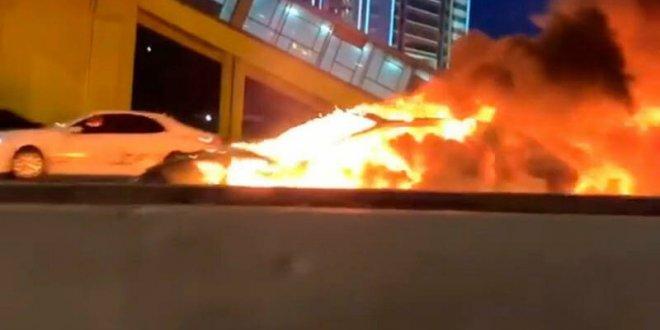טסלה מודל 3 עולה באש אחרי התנגשות בכביש. האם מכוניות חשמליות עלולות להפוך למלכודות אש בתאונות? צילום: RUSSIA 24