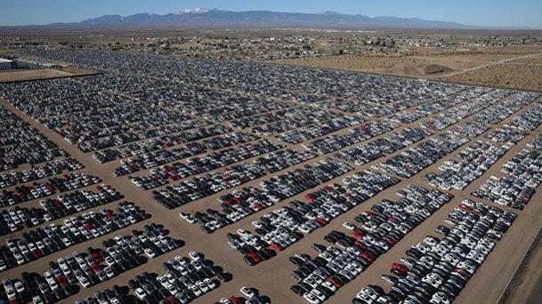 """מרגש אחד מבין רבים בו מאוחסנות 300,000 מכוניות אותן VW רכשה בחזרה במסגרת דיזלגייט בארה""""ב לבדה. צילום: NPR"""