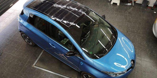 רנו זואי עם היריעה הסולארית מפיקת החשמל על הגג. ניסוי ראשון מוצלח של אפולו פאואר הישראלית. צילום: גיין מדיה