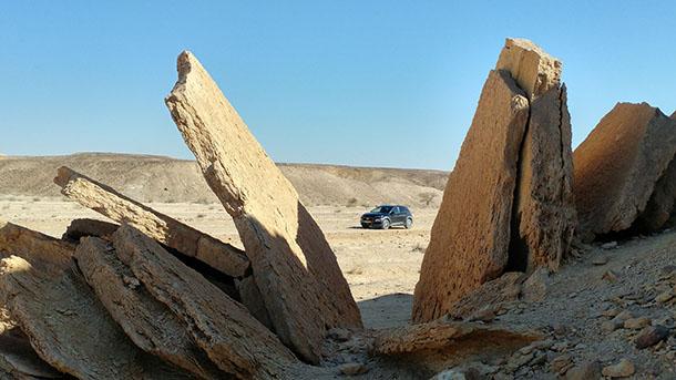 גם רכב פנאי ללא הנעה כפולה יכול להגיע להרבה פינות מעניינות. כמו כאן ליד חצבה. צילום: רוני נאק