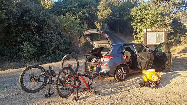 כל זה נכנס לתוך זה!? יונדאי i30 יכולה להכיל די הרבה אופניים - צריך אריזה יצירתית. צילום: רוני נאק
