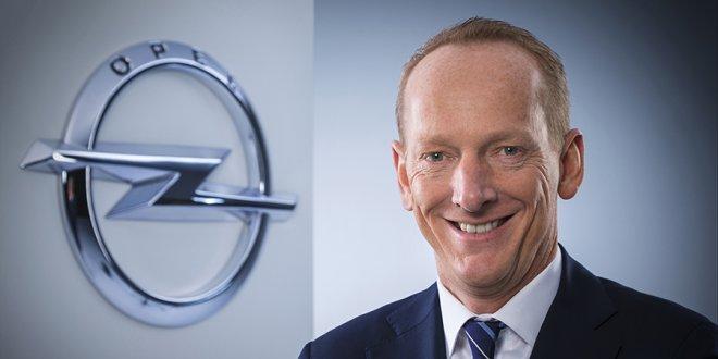 """קארל תומאס ניומן - מנכ""""ל אופל לשעבר צופה את הסוף של תערוכות הרכב. צילום: GM"""