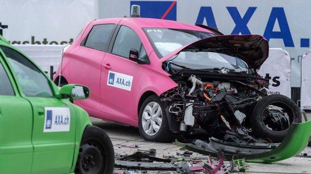 רנו זואי אחרי התאונה - כמו מכוניות חשמליות אחרות, הבעיה מתחילה אחרי האירוע כשלא ניתן לדעת מה עוצמת הנזק והאנרגיה במצבר רבה ומסוכנת. צילום: AXA
