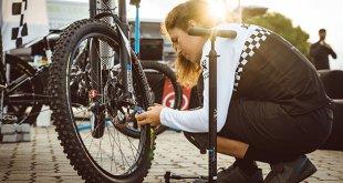 רוכבת אופניים שטח חשמלי