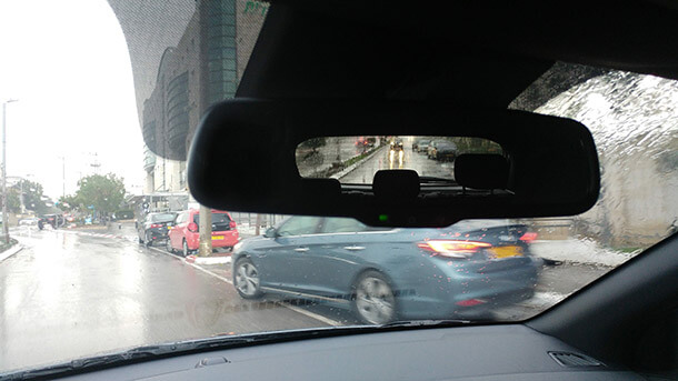 נהיגה בחורף בגשמים ודרך שלוליות. מכוניות מודרניות מצויידות במכרות בקרת משיכה ויציבות כמו גם מערכות בטיחות אקטיביות שבאות לעזור לנהגים. צילום: יונדאי