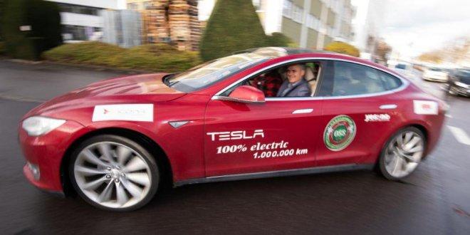 מכונית חשמלית אדומה