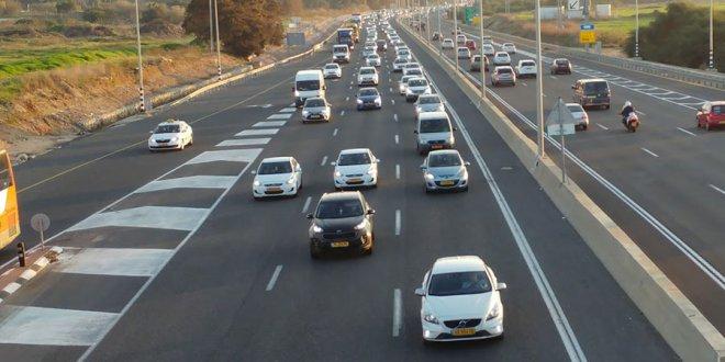 מכוניות בכביש