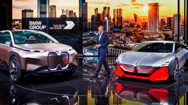 """מכוניות תצוגה ומנכ""""ל עומד ביניהן"""