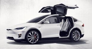 צילום פותח רכב חשמלי עם דלתות מתרוממות