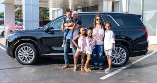 משפחה מול מכונית