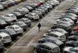 איש בודד במגרש מלא מכוניות